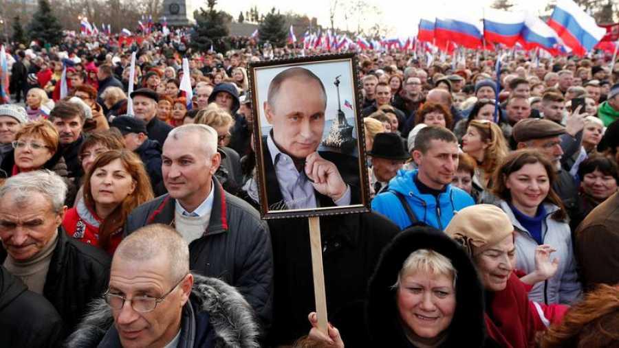 Votantes rusos despejan el camino para que Putin permanezca en la presidencia hasta 2036