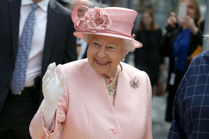 Alarma en la familia real británica porque un guardaespaldas de Isabel II tiene covid-19